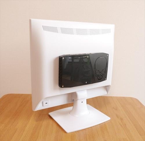 VESAマウントで取り付けた超小型PC